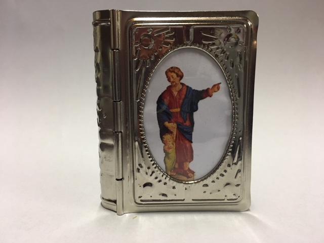 Medicijnen doosje uitgevoerd in aluminium, aan de voorzijde een afbeelding van St. Jozef. Prijs € 6,50