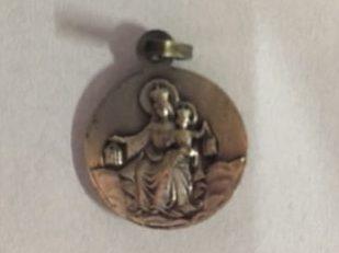 Achterzijde van het St. Jozefmedaillon. Ca. 1 cm.  Pijs € 2,50