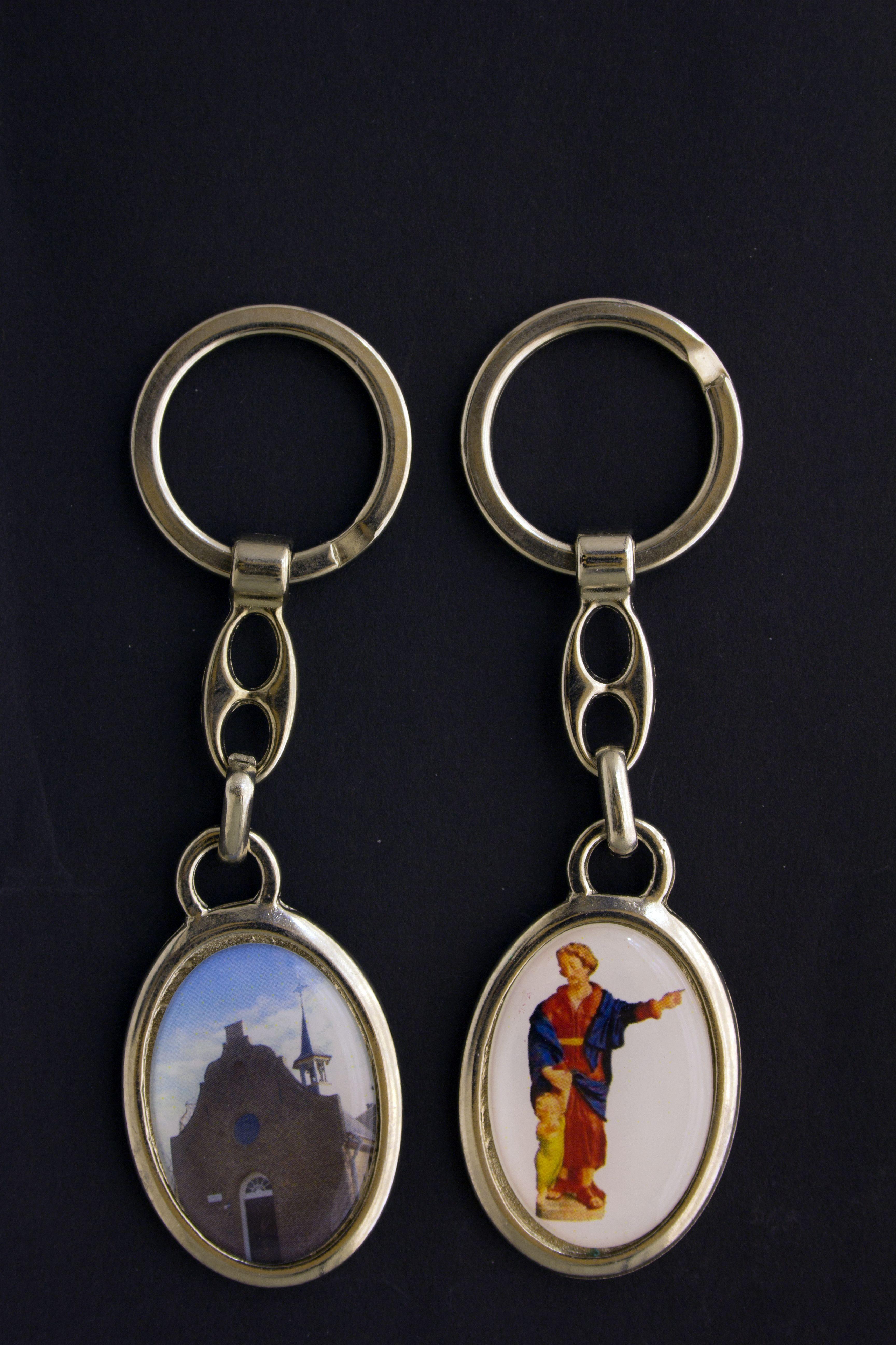 Sleutelhanger met de afbeelding van St. Jozef erop, ca. 4 cm hoog. Prijs € 7,50