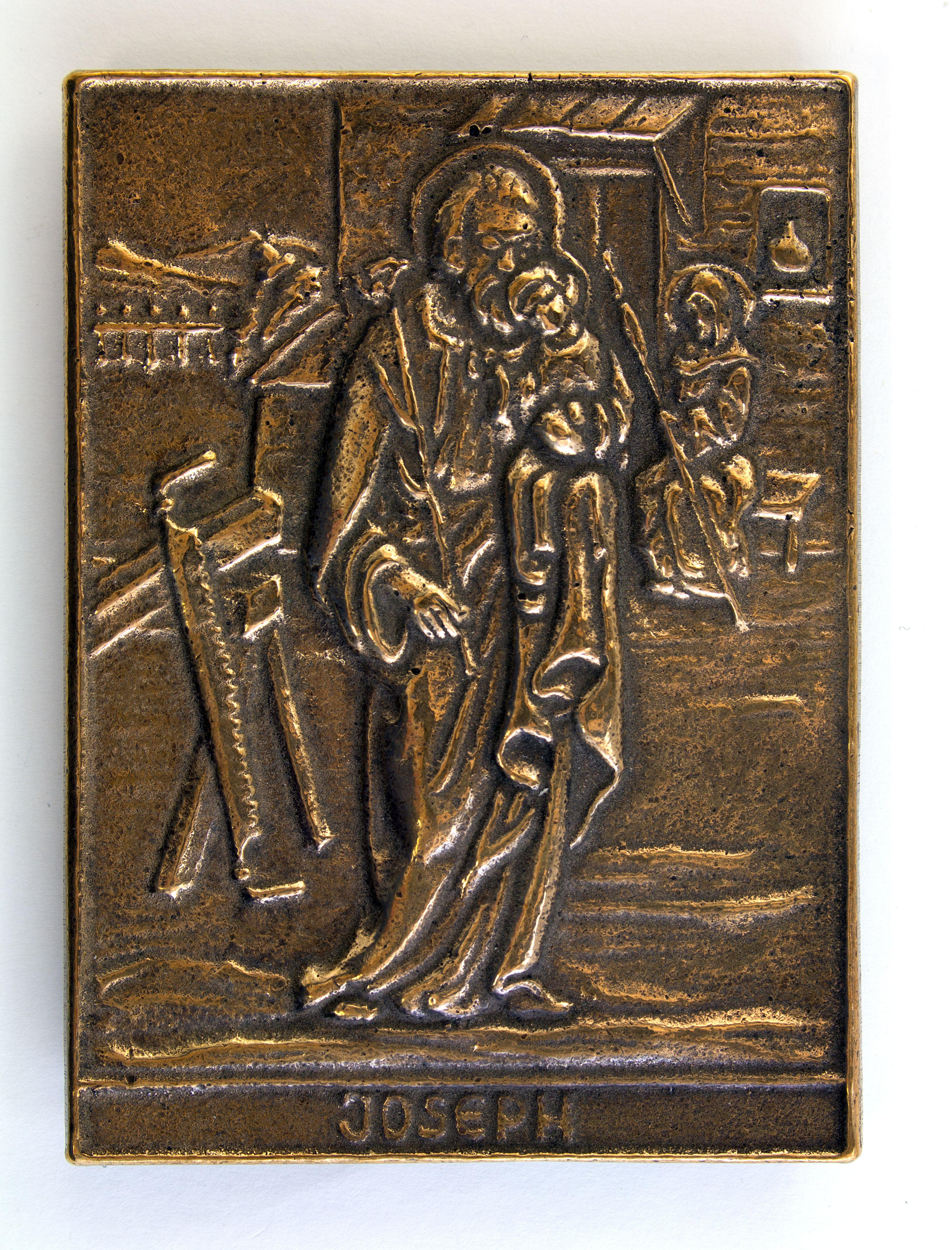 Een bronzen plaquette met daarop een afbeelding van de heilige familie. Afmetingen 8,5 * 6 Cm. Prijs € 16,00